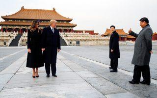 Τον Αμερικανό πρόεδρο Ντόναλντ Τραμπ και την Πρώτη Κυρία, Μελάνια, δεξιώθηκε χθες στην Απαγορευμένη Πόλη του Πεκίνου ο Κινέζος πρόεδρος Σι Τζινπίνγκ, κατά την πρώτη ημέρα της τριήμερης επίσκεψης του Αμερικανού προέδρου στην Κίνα. Στην κορυφή της ατζέντας των συζητήσεων βρέθηκε η αντιμετώπιση της πυρηνικής απειλής από τη Βόρεια Κορέα. Σελ. 9
