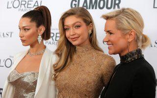Οικογένεια καλλονών. Μοντέλο της χρονιάς αναδείχθηκε η Gigi Hadid. Στην φωτογραφία ποζάρει με την αδελφή της (αριστερά) Bella Hadid, επίσης μοντέλο και την μαμά τους Yolanda Foster  στην εκδήλωση Glamour Women of the Year Awards στην Νέα Υόρκη. REUTERS/Andrew Kelly
