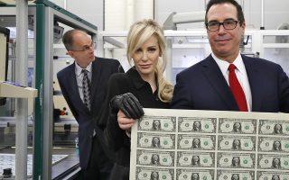 Κοίτα που βάζω την υπογραφή μου! Ο υπουργός Οικονομικών Steven Mnuchin και η σύζυγός τους με το ακριβό γούστο στα ρούχα, ποζάρουν με ένα φύλλο φρεσκοτυπωμένα δολάρια. Τα χαρτονομίσματα του ενός δολαρίου είναι τα πρώτα που φέρουν τις υπογραφές των Mnuchin-Carranza και θα τεθούν σύντομα στην κυκλοφορία. (AP Photo/Jacquelyn Martin)