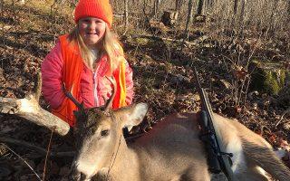 Γιατί; Η μόλις 6 ετών Lexie Harris  ποζάρει με το θήραμά της και το όπλο της σε δάσος στην Τaylor County.  Για την Lexie δεν είναι η πρώτη φορά που βρίσκεται σε κυνήγι, ο πατέρας της την έπαιρνε μαζί του από την ηλικία των 3 ετών. Είναι όμως η πρώτη φορά που η εξάχρονη σύμφωνα με τον νέο νόμο που υπέγραψε ο κυβερνήτης Scott Walker, έχει κάθε δικαίωμα στην ηλικία της να πυροβολήσει και να σκοτώσει ένα ελάφι. Που γίνονται όλα αυτά; Μα φυσικά στο Τέξας. (Tyler Harris via AP)