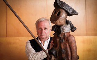 Κληρονομικό ταλέντο. Με ένα από τα έργα του ποζάρει ο  Γάλλος γλύπτης Xavier, ανιψιός του Picasso. Η έκθεση Circumflex Garden παρουσιάζεται στο  Llorens Artigas Foundation της Βαρκελώνης.  EPA/INTERPROFIT