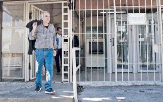 Ανετος και χαμογελαστός, χωρίς να κάνει δηλώσεις, ο Δημ. Κουφοντίνας βγήκε τελικά χθες από τις φυλακές Κορυδαλλού, για πρώτη φορά μετά το 2002.