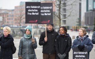 Οικολόγοι ακτιβιστές κρατούν πανό κατά της χρήσης άνθρακα, μπροστά στη γερμανική Βουλή.
