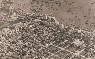 Πανοραμική λήψη από αέρος μετά την πυρκαγιά του 1917 στη Θεσσαλονίκη, με το καμένο ιστορικό κέντρο στην ανατολική πλευρά. Είναι μία από τις πολλές φωτογραφίες που παρουσιάζονται στην έκθεση «Το τέλος της παλιάς μας πόλης - Θεσσαλονίκη 1870-1917», την οποία ετοιμάζει το Μορφωτικό Ιδρυμα Εθνικής Τραπέζης για τα 100 χρόνια από τη μεγάλη πυρκαγιά του 1917.