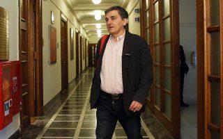 Ο αντιπρόεδρος της κυβέρνησης Γιάννης Δραγασάκης και ο υπουργός Οικονομικών Ευκλείδης Τσακαλώτος (φωτ.) έκαναν λόγο στην Κοινοβουλευτική Ομάδα του ΣΥΡΙΖΑ περί συμφωνίας με τις τράπεζες να μην εκπλειστηριαστούν κατοικίες αξίας κάτω των 300.000 ευρώ.