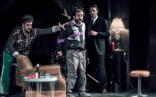 Ψαρράς, Μαρκουλάκης και Χειλάκης επί σκηνής σε μια σκοτεινή κωμωδία, την οποία αναδεικνύουν και οι ίδιοι με το ταλέντο τους.