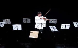 Ο Γιώργος Βερβιτσιώτης ερμηνεύει τη μουσική που συνέθεσε ο Γιώργος Κουμεντάκης ειδικά για την παράσταση