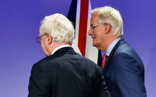 Ο υπουργός Brexit Ντέιβιντ Ντέιβις και ο επικεφαλής της διαπραγματευτικής ομάδας της Ε.Ε., Μισέλ Μπαρνιέ, αποχωρούν από τη συνέντευξη Τύπου.