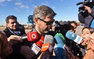 Ο Αντρέου βαν ντεν Εϊντε, δικηγόρος της Κάρμε Φορκαντέλ, έξω από τη φυλακή της Μαδρίτης.