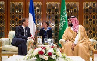 Ο διάδοχος του θρόνου Μοχάμεντ Μπιν Σαλμάν υποδέχεται τον Γάλλο πρόεδρο Μακρόν, προχθές, στη Σαουδική Αραβία.