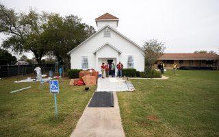 Κάτοικοι του Σάδερλαντ Σπρινγκς στέκονται έξω από την εκκλησία, λίγες ώρες μετά την επίθεση που στοίχισε τη ζωή σε 26 πιστούς.