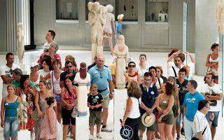 Το φράγμα των 100 εκατομμυρίων ευρώ αναμένεται να σπάσουν φέτος τα έσοδα από τα εισιτήρια των αρχαιολογικών χώρων και μουσείων με οδηγό τη μεγάλη αύξηση των ξένων επισκεπτών. Ομως η αύξηση αυτή των εσόδων είναι πολύ μικρότερη της δυνητικής και επιπλέον απουσιάζει ακόμα η διασύνδεση του τουριστικού προϊόντος με τον πολιτισμό.