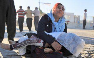 Κάτοικος της κωμόπολης Σαρπόλ ε Ζαχάμπ κρατάει το άψυχο σώμα της κόρης της, που σκοτώθηκε στον σεισμό.
