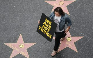 «Δεν είμαστε πράγματα», διακηρύσσει νεαρή γυναίκα που συμμετείχε στην πορεία για τα θύματα των σεξουαλικών επιθέσεων στο Χόλιγουντ.