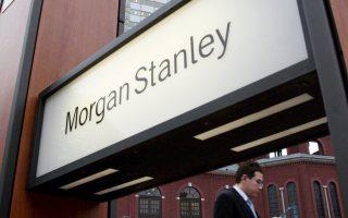 Κατά τη Morgan Stanley επισημαίνεται ότι οι πολιτικοί - εξωτερικοί κίνδυνοι απομακρύνονται σε σημαντικό βαθμό μετά την έκθεση της Κομισιόν, όπου υπογραμμίζεται ότι οι ελληνικές τράπεζες είναι επαρκώς κεφαλαιοποιημένες μετά την 3η ανακεφαλαιοποίηση.