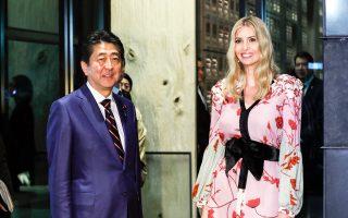 Ο Σίνζο Αμπε υποδέχεται σε εστιατόριο του Τόκιο την Ιβάνκα Τραμπ, που ως προεδρική σύμβουλος προετοίμασε την επίσκεψη του πατέρα της.