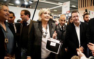 Η επικεφαλής του Εθνικού Μετώπου Μαρίν Λεπέν επισκέπτεται την εμπορική έκθεση Made in France.