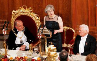 Η πρωθυπουργός της Βρετανίας, Τερέζα Μέι, στη διάρκεια επίσημου δείπνου, στο Σίτι του Λονδίνου, την περασμένη Δευτέρα.