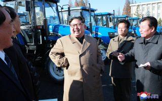 O Boρειοκορεάτης ηγέτης Κιμ Γιονγκ Ουν σε πρόσφατη επίσκεψή του σε εργοστάσιο κατασκευής τρακτέρ «Κουμσόνγκ».