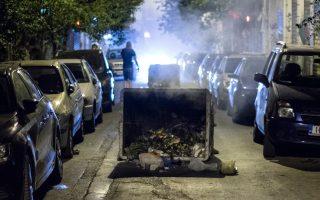 Οι κάτοικοι των Εξαρχείων έχουν συνηθίσει τη μυρωδιά των δακρυγόνων και των σκουπιδιών που καίγονται, αλλά και την απαξίωση από τις Αρχές.