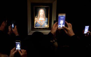Ο κόσμος φωτογραφίζει τον πίνακα «Salvator Mundi» του Λεονάρντο ντα Βίντσι λίγες ημέρες πριν από τη δημοπρασία.