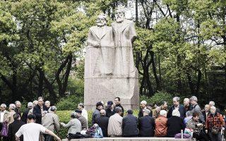 Το άγαλμα των Μαρξ και Ενγκελς στη Σαγκάη έχει γίνει δημοφιλής τόπος συνάντησης.