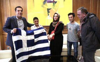 (Ξένη Δημοσίευση) Ο πρωθυπουργός Αλέξης Τσίπρας κρατά την Ελληνική σημαία  με τον 11χρονο Αμίρ από το Αφγανιστάν, και τη μητέρα του, που αν και είχε κληρωθεί να είναι σημαιοφόρος, κατά την παρέλαση της 28ης Οκτωβρίου, κράτησε τελικά την ταμπέλα του σχολείου του, Σάββατο 4 Νοεμβρίου 2017. Επίσης άγνωστοι δράστες επιτέθηκαν εχθές τα ξημερώματα με πέτρες και μπουκάλια, προκαλώντας φθορές στην οικία του 11χρονου Αμίρ. Ο Πρωθυπουργός, υποδεχόμενος τον 11χρονο και τη μητέρα του τόνισε: «Αμίρ, θέλω να σου κάνω ένα δώρο επειδή κάποιοι έκαναν λάθος και σου στέρησαν την τιμή να κρατήσεις την ελληνική σημαία. Σήμερα θα σου τη δώσω εγώ, γιατί σου αξίζει. Να την κρατάς πάντοτε ψηλά και να θυμάσαι ότι στην Ελλάδα όλα τα παιδιά απολαμβάνουν παιδεία και ασφάλεια, εγγυημένη από την αγάπη και την αλληλεγγύη του λαού μας».  ΑΠΕ-ΜΠΕ/ΓΡΑΦΕΙΟ ΤΥΠΟΥ ΠΡΩΘΥΠΟΥΡΓΟΥ/ΣΥΜΕΛΑ ΠΑΝΤΖΑΡΤΖΗ