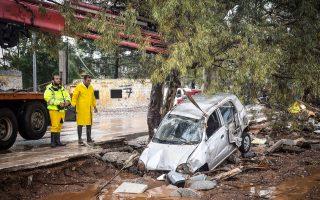 Προσπάθεια ανάσυρσης ενός αυτοκινήτου στη Μάνδρα. Η «μάχη» κατοίκων και συνεργείων με τη λάσπη συνεχίζεται.