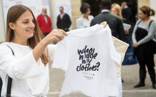 Το Fashion Revolution θέτει το ερώτημα: «Ποιος έφτιαξε τα ρούχα μου;».