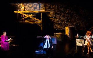Σκηνή από την παράσταση «8 ώρες και 35 λεπτά», με την Κατερίνα Χέλμη (αριστερά), σε διασκευή και σκηνοθεσία Μάνου Καρατζογιάννη (στο κέντρο).