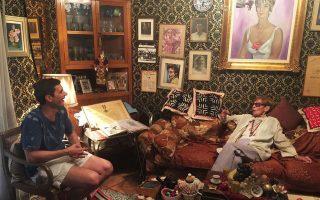 Με τον Αγγελο Πλέσσα στο σαλόνι της, ένα χώρο γεμάτο ενθύμια από τη δράση της και την κοσμοπολίτικη ζωή της.