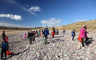Κινητοποίηση της τοπικής κοινωνίας στη Δυτική Ουαλία για συλλογή του πλαστικού από παραλία.