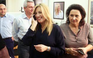 Η Φώφη Γεννηματά δέχεται συγχαρητήρια το βράδυ της Κυριακής για την εκλογή της.