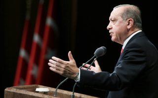 Αναλυτές της Commerzbank σημειώνουν ότι «οι πολιτικές πιέσεις προς την Τράπεζα της Τουρκίας να μειώσει τα επιτόκια είναι και ο κύριος λόγος που χάνει την αξιοπιστία της – κι αυτό συμβαίνει όταν ο πληθωρισμός υπαγορεύει την αύξηση του κόστους δανεισμού».
