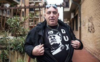 Ο Τζιανλούκα Αντονούτσι, κάτοικος της Οστιας και ψηφοφόρος του CasaPound, επιδεικνύει με υπερηφάνεια μπλούζα με τη μορφή του Μουσολίνι.