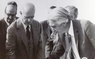Ως γ.γ. του ΕΟΤ με τον Κωνσταντίνο Καραμανλή, σε επιθεώρηση έργων στο Φαληρικό Δέλτα, το 1977.
