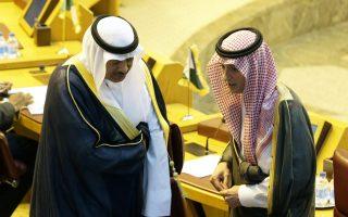Ο Σαουδάραβας υπουργός Εξωτερικών, Αντέλ αλ Τζουμπέιρ (δεξιά) και ο Κουβεϊτιανός ομόλογός του, Σαμπάχ αλ Σαμπάχ, στη σύνοδο του Αραβικού Συνδέσμου, στο Κάιρο.