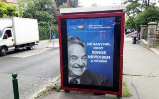 «Το 99% είναι εναντίον της παράνομης μετανάστευσης», γράφει η γιγαντοαφίσα εναντίον του Τζορτζ Σόρος σε δρόμο της Βουδαπέστης.