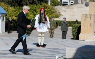 Ο Πρόεδρος της Δημοκρατίας Προκόπης Παυλόπουλος κατέθεσε χθες στεφάνι στο Μνημείο του Αγνωστου Στρατιώτη για τον εορτασμό της Ημέρας των Ενόπλων Δυνάμεων.