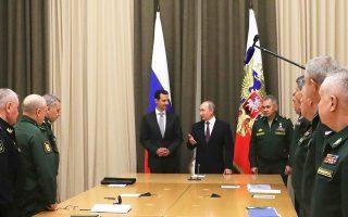 Βλαντιμίρ Πούτιν και Μπασάρ αλ Ασαντ κατά την προχθεσινή συνάντησή τους στο Σότσι της Μαύρης Θάλασσας. Οι δύο πρόεδροι πλαισιώνονται από τον Ρώσο υπουργό Αμυνας Σεργκέι Σοϊγκού και υψηλόβαθμους Ρώσους στρατιωτικούς.