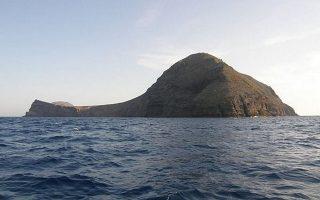 Οι γεωτρήσεις θα γίνουν στο ηφαίστειο των νησίδων Χριστιανά, στα ανοικτά της Σαντορίνης (φωτ.), και στο υποθαλάσσιο Κολούμπο.