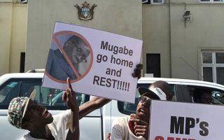 Διαδηλωτές έξω από τη Βουλή της Ζιμπάμπουε ζητούσαν καθαίρεση, αλλά τους πρόλαβε η παραίτηση.