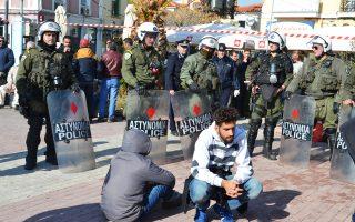 Ενταση δημιουργήθηκε στην πλατεία Σαπφούς, όπου επί περίπου ένα μήνα πρόσφυγες και μετανάστες παραμένουν σε σκηνές.