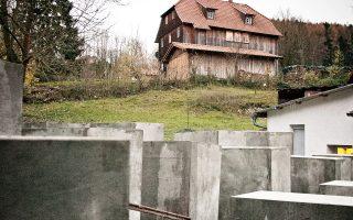 Τσιμεντένιες στήλες στήθηκαν σε κήπο δίπλα στο σπίτι του στελέχους της AfD, Μπιερν Χέκε.