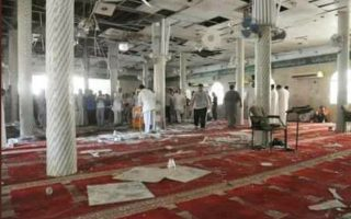 Σε λουτρό αίματος μετετράπη η καθιερωμένη προσευχή της Παρασκευής σε τέμενος της πόλης Μπιρ αλ Αμπεντ, στο βόρειο τμήμα της Χερσονήσου του Σινά. Ενοπλοι πυροδότησαν βόμβα στο κατάμεστο τζαμί την ώρα του κηρύγματος και στη συνέχεια εξαπέλυσαν καταιγισμό πυρών εναντίον των πιστών. Οι νεκροί ανέρχονταν σε εκατοντάδες, με τον μακάβριο απολογισμό να αυξάνεται από ώρα σε ώρα. Οι υποψίες των Αρχών για την πιο αιματηρή τρομοκρατική επίθεση επί προεδρίας Αμπντελφατάχ αλ Σίσι στρέφονταν στο Ισλαμικό Κράτος.