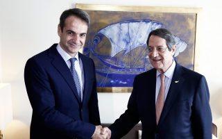 Θερμή χειραψία του προέδρου της Ν.Δ. Κυρ. Μητσοτάκη και του Κύπριου προέδρου Ν. Αναστασιάδη κατά τη χθεσινή συνάντησή τους.