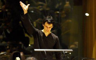 Ο Μάρκελλος Χρυσικόπουλος επί το έργον. Απόψε και αύριο διευθύνει την ορχήστρα του «Ορφέα».