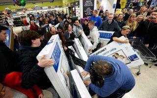 Οπως επισημαίνει ιδιοκτήτης εμπορικού καταστήματος στη Βρετανία, μεταξύ 7 και 8 το πρωί άρχισε να συρρέει ο περισσότερος κόσμος, καθώς, κατά μέσον όρο, οι καταναλωτές παράγγελναν 495 προϊόντα ανά λεπτό.