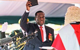Ο νέος πρόεδρος στη Ζιμπάμπουε Εμερσον Μνανγκάγκουα στη χθεσινή τελετή στο Χαράρε.
