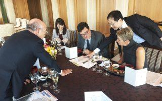 Στη φωτoγραφία διακρίνονται από αριστερά ο κ. Γιοκογιάμα, η κ. Αγιάκο Κόιντε, υπεύθυνη του ιαπωνικού υπουργείου Εξωτερικών για την Ελλάδα, ο Αλ. Παπαχελάς και η σύζυγός του Θάλεια Καρτάλη και ο διευθυντής τηςJapan Greece Society κ. Γιούνκο Ναγκάτα. Παρούσα στη συνάντηση ήταν και η κ. Μασάκο Κίντο.